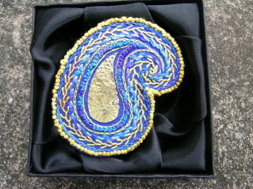 Paisley brooch - finishing 5